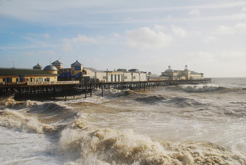 Embarcadero de Hastings en el mar tempestuoso imágenes de archivo libres de regalías