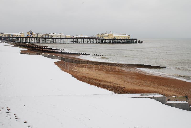 Embarcadero de Hastings en la nieve fotos de archivo