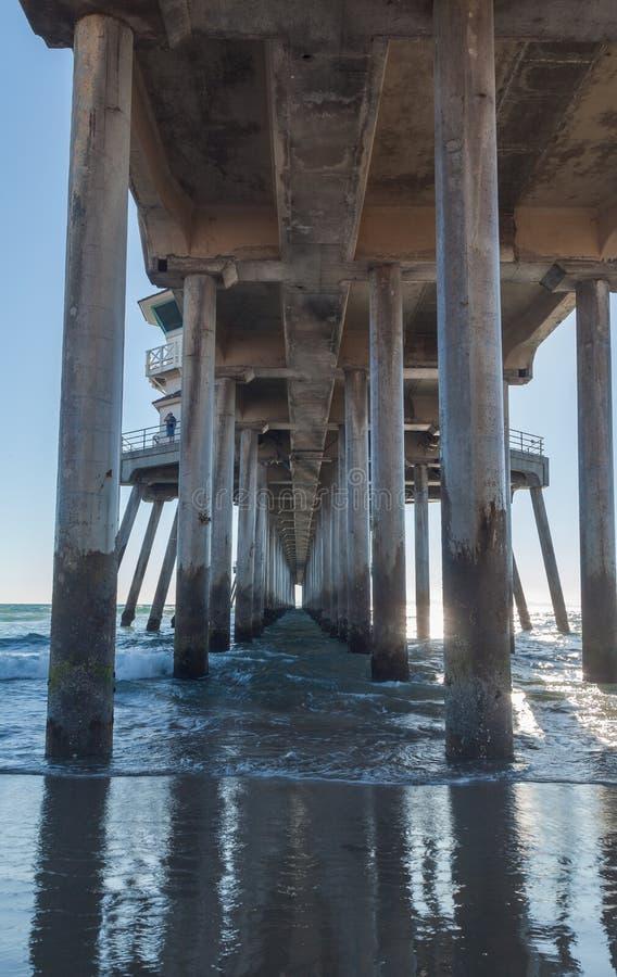 Embarcadero de Huntington Beach en la puesta del sol imagenes de archivo