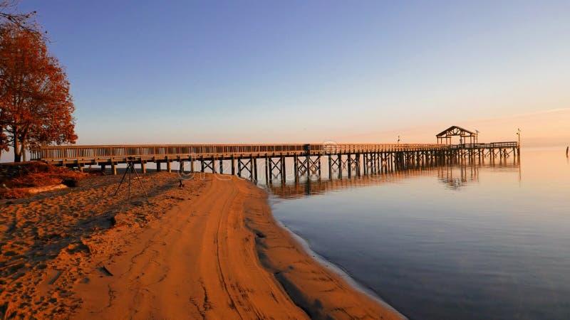 Embarcadero de la pesca en la salida del sol imagen de archivo libre de regalías