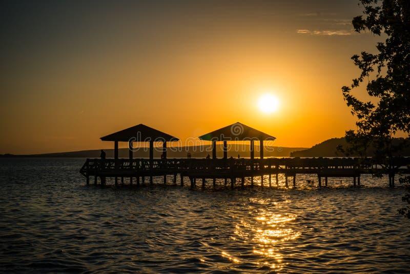 Embarcadero de la pesca en la puesta del sol imagen de archivo