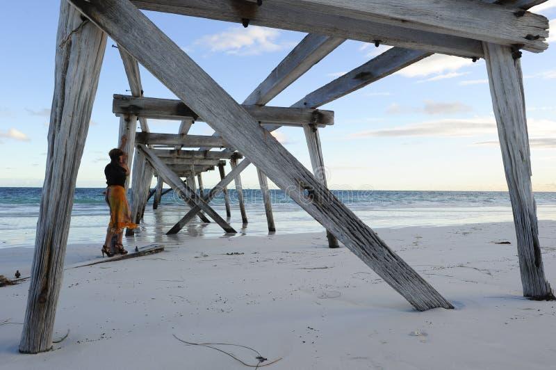 Embarcadero de la playa de la mujer fotos de archivo libres de regalías
