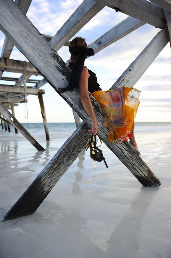 Embarcadero de la playa de la mujer imagen de archivo libre de regalías
