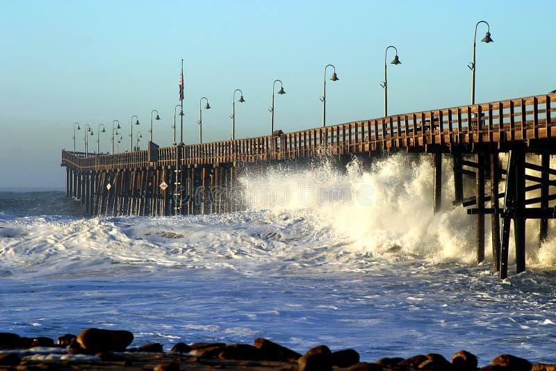 Embarcadero de la tormenta de la onda de océano imagen de archivo