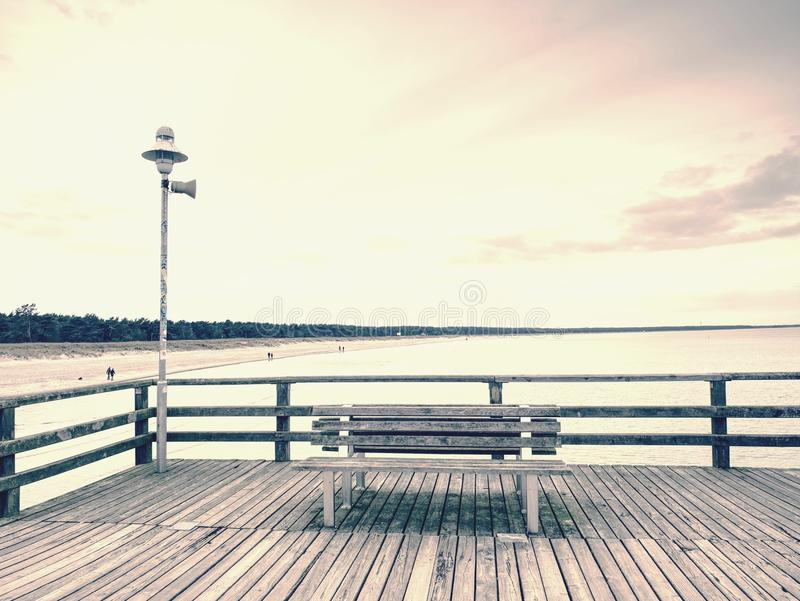 Embarcadero de madera del océano de la ciudad para el turista contra el cielo del misyt Destinación del recorrido foto de archivo libre de regalías