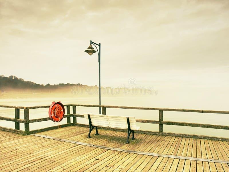 Embarcadero de madera del océano de la ciudad para el turista contra el cielo del misyt Destinación del recorrido fotos de archivo libres de regalías