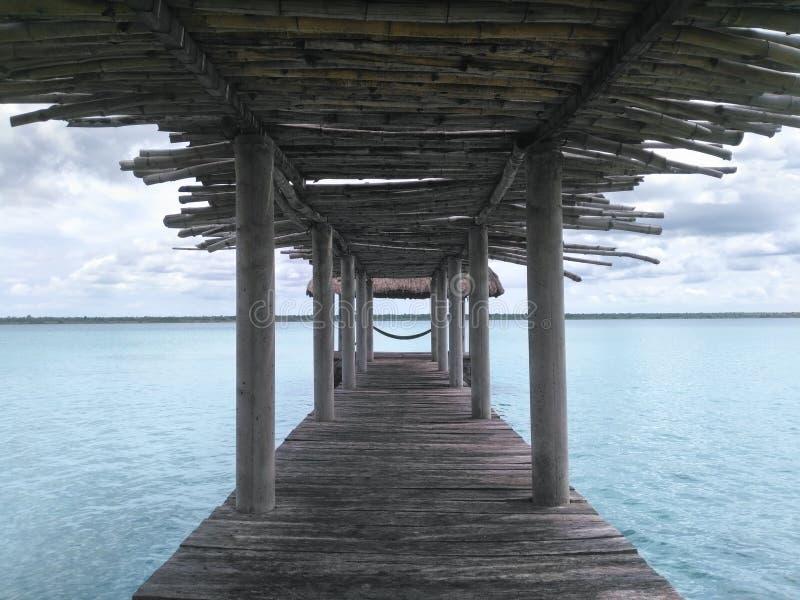 Embarcadero de madera del palapa hecho de bambú y de la visión a la laguna foto de archivo libre de regalías