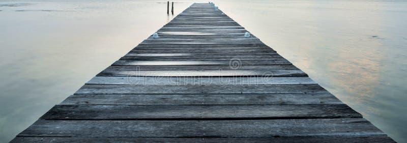 Embarcadero de madera en el amanecer fotografía de archivo libre de regalías