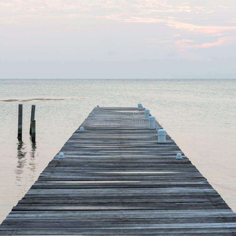 Embarcadero de madera en el amanecer foto de archivo libre de regalías