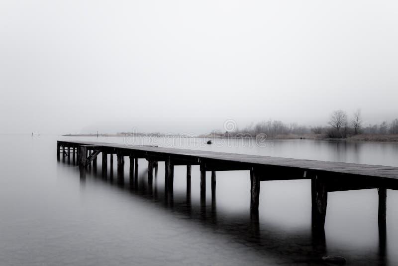Embarcadero de madera en el gris imagenes de archivo