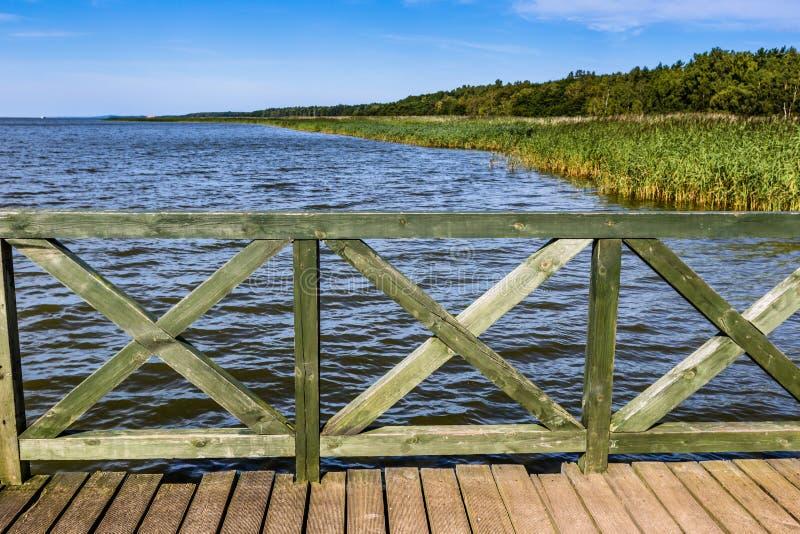 Embarcadero de madera en el lago grande Lebsko en Polonia fotos de archivo libres de regalías