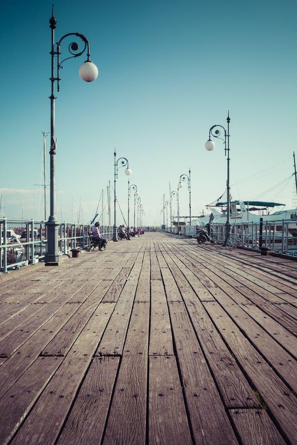 Embarcadero de madera en el puerto de Larnaca, Chipre imágenes de archivo libres de regalías