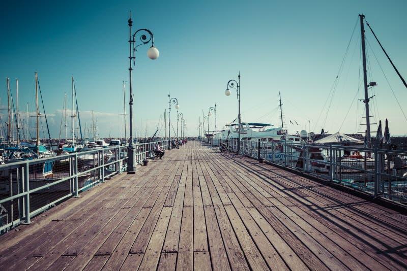 Embarcadero de madera en el puerto de Larnaca, Chipre fotos de archivo