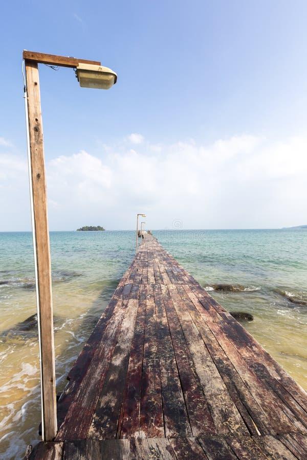 Embarcadero de madera en la isla de Koh Rong, Camboya, Asia sudoriental imágenes de archivo libres de regalías