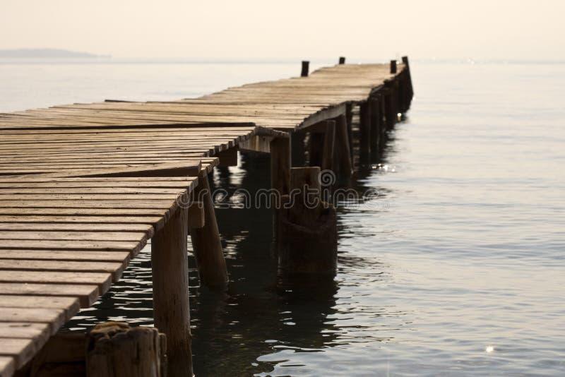 Embarcadero de madera en la luz del sol de la mañana, Ipsos, Corfú imagenes de archivo