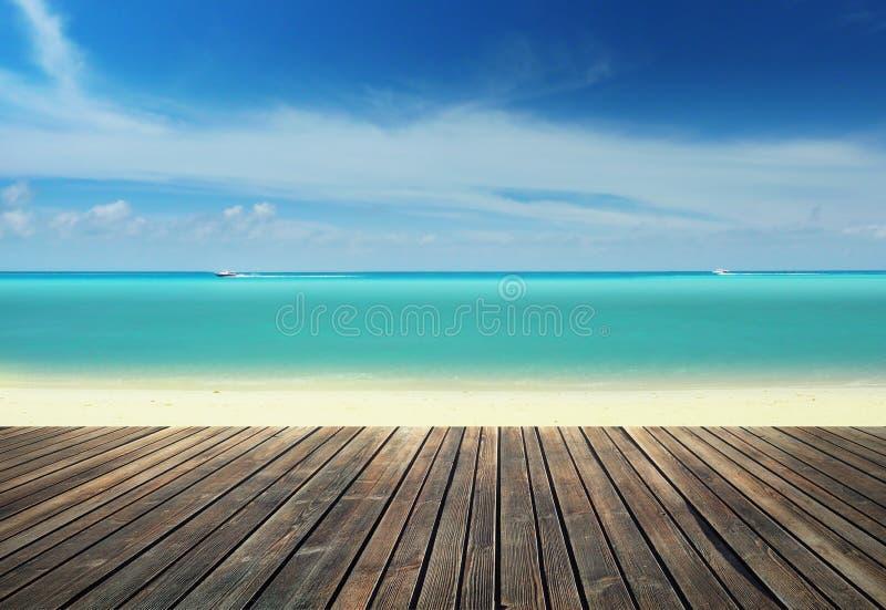 Embarcadero de madera en la playa foto de archivo libre de regalías