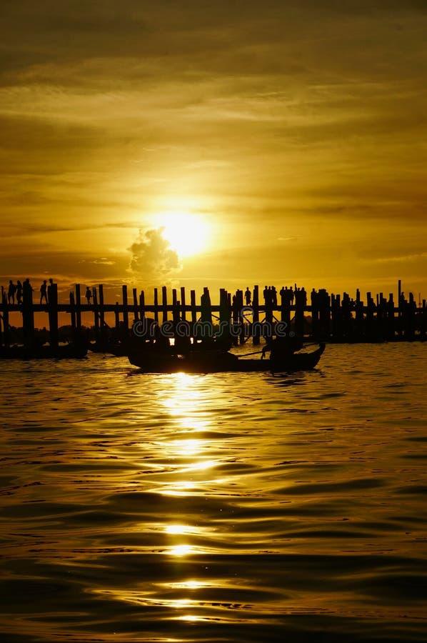 Embarcadero de madera en la puesta del sol, Myanmar imagenes de archivo