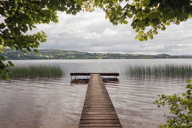 Embarcadero de madera, lago Derg del lago, río Shannon, Irlanda imagen de archivo