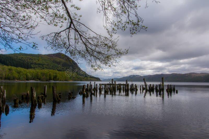 Embarcadero de madera viejo en Loch Ness en Escocia foto de archivo