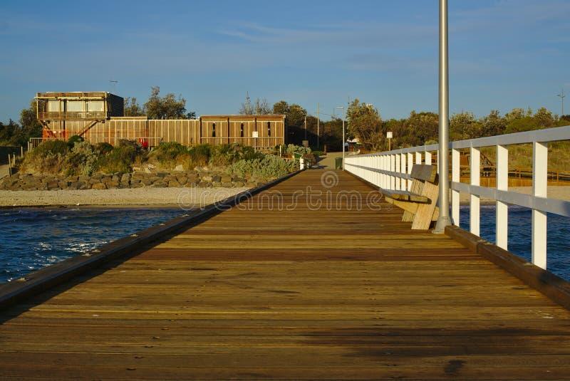 Embarcadero de madera y banco vacío fotos de archivo