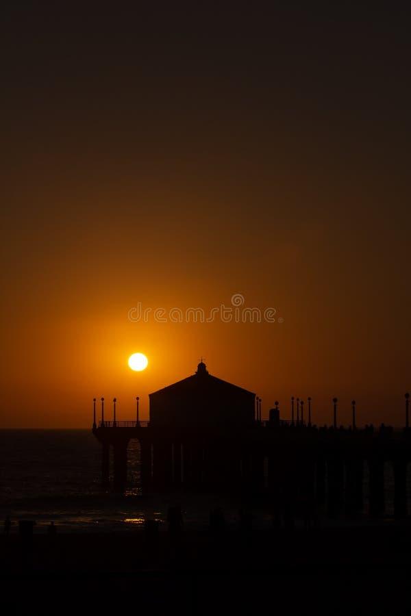 Embarcadero de Manhattan Beach durante la puesta del sol hermosa en California imagen de archivo