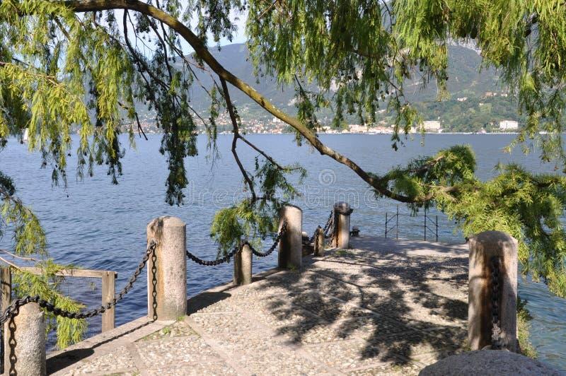 Embarcadero de piedra en el lago Como fotos de archivo libres de regalías