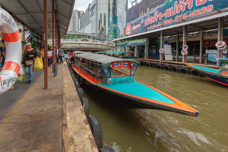 Embarcadero de Pratunam, parada expresa del transporte público del barco en el centro de la ciudad Canal de Saen Saep fotografía de archivo
