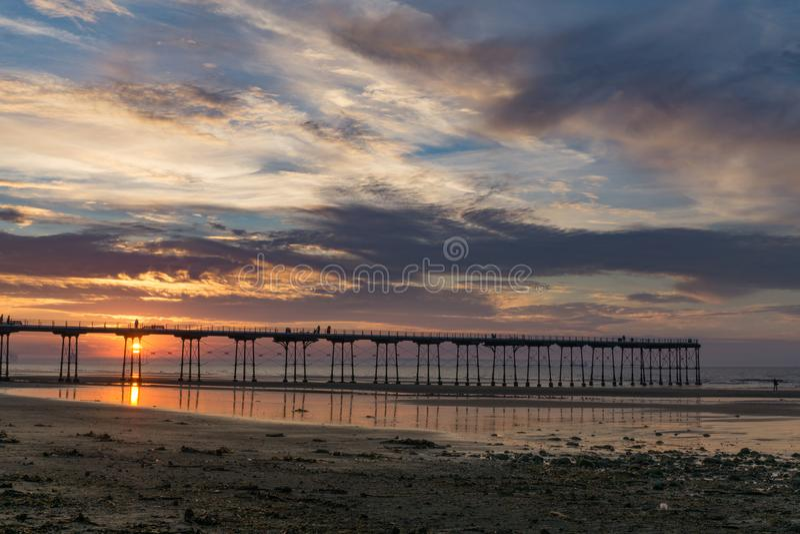 Embarcadero de Saltburn en la puesta del sol Ciudad costera del este del norte en Inglaterra fotografía de archivo libre de regalías