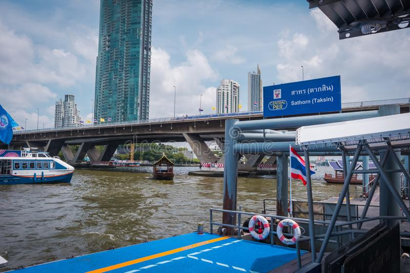 Embarcadero de Sathorn en la conexión con BTS Saphan Taksin en Bangkok, Tailandia imagen de archivo