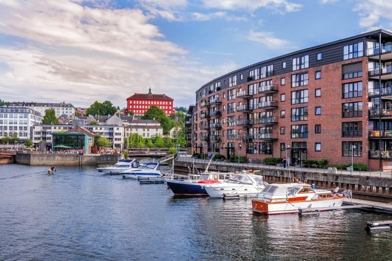Embarcadero de Strondheim y edificios modernos noruega fotos de archivo