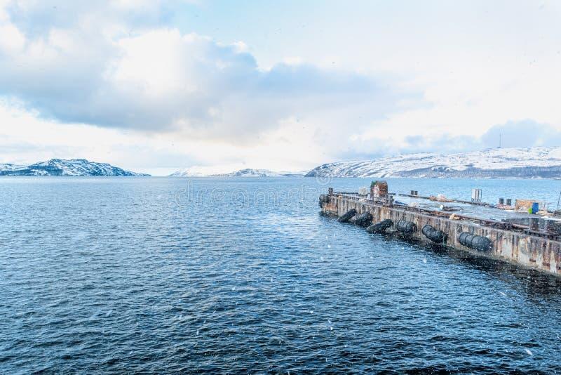 Embarcadero del barco de mar en la ciudad noruega del norte Kirkenes imagen de archivo libre de regalías
