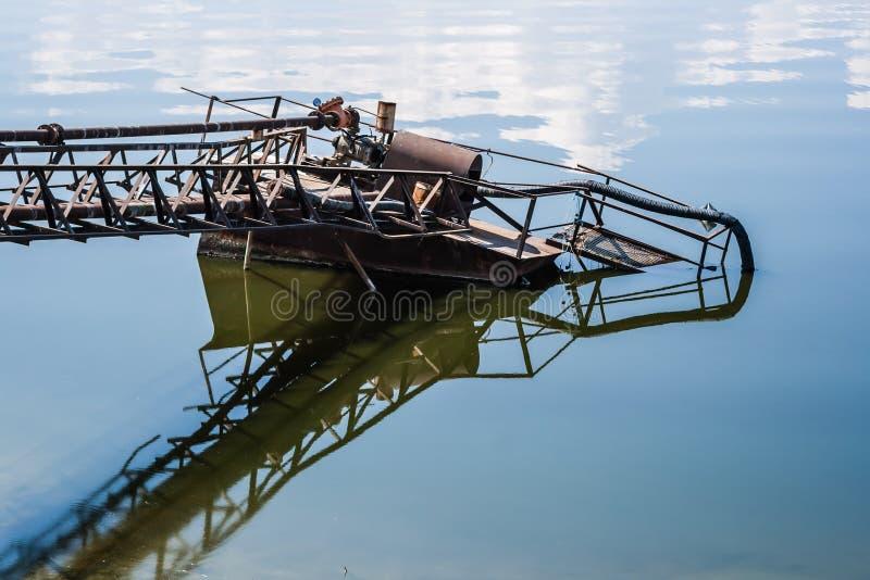 Embarcadero del bombeo de agua en el lago imagenes de archivo