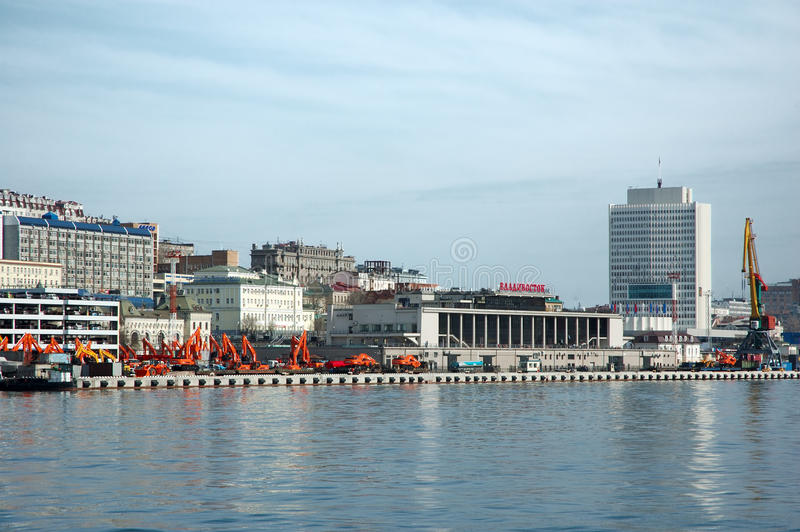 Embarcadero del envío en el puerto ruso Vladivostok. foto de archivo