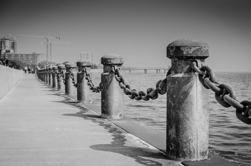 Embarcadero del largo camino cerca del mar foto de archivo