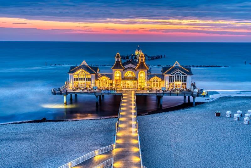 Embarcadero del mar con el restaurante antes de la salida del sol imagen de archivo libre de regalías