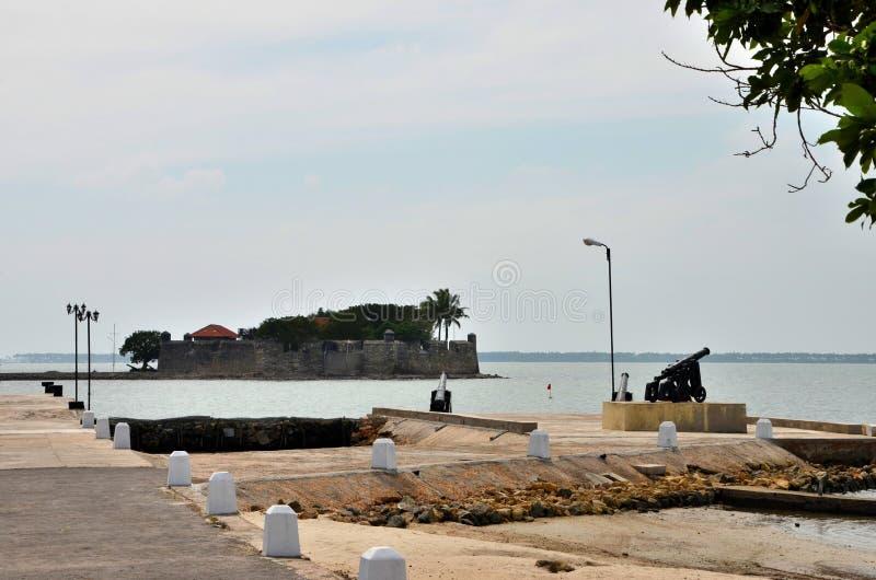 Embarcadero del muelle con los canones antiguos para la península Sri Lanka de Jaffna del hotel de la isla del fuerte del centro  imagenes de archivo