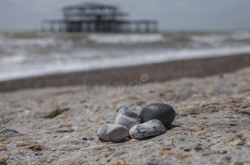 Embarcadero del oeste, Brighton, Inglaterra - piedras coloridas en una playa soleada fotos de archivo libres de regalías
