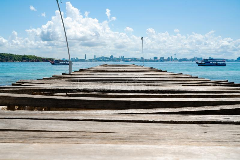 Embarcadero del puente de madera en el mar en el Lan de Khao, opuesto con la playa de la ciudad de Pattaya, Tailandia imagenes de archivo