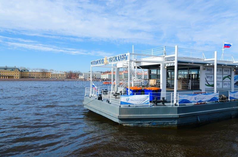 Embarcadero del senado en el río Neva, St Petersburg, Rusia fotos de archivo