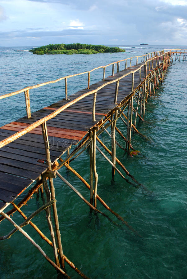 Embarcadero en agua tropical imagen de archivo
