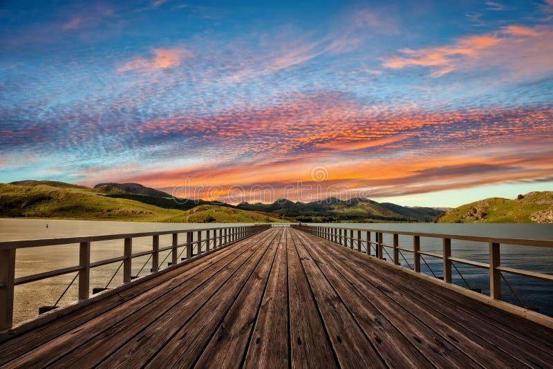 Embarcadero en el amanecer en las montañas fotos de archivo libres de regalías