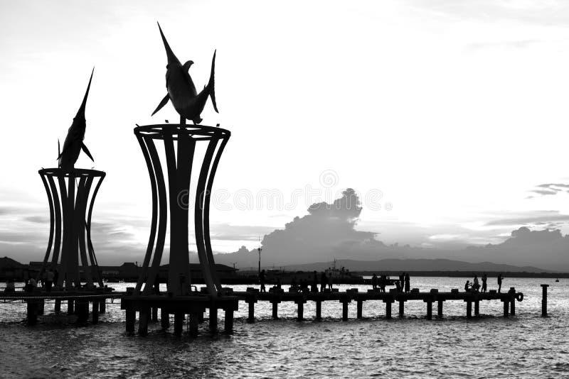 Embarcadero en el blanco del negro de la silueta de la puesta del sol fotos de archivo