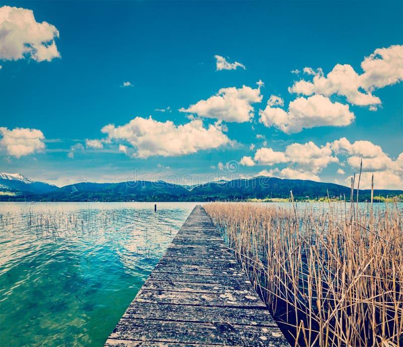 Embarcadero en el lago en campo imágenes de archivo libres de regalías