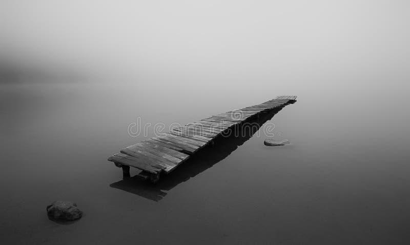 Embarcadero en el lago saint Anna en un cráter volcánico en Transilvania fotos de archivo libres de regalías