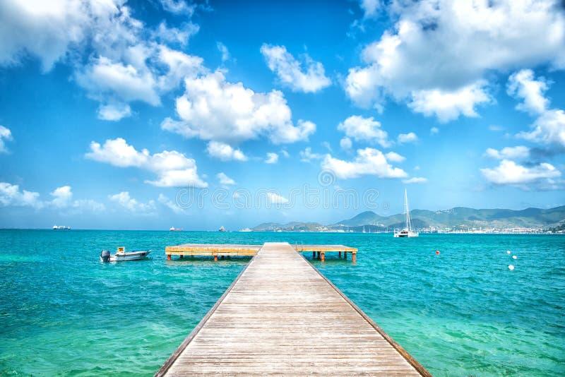 Embarcadero en el mar de la turquesa y cielo azul con las nubes blancas en el philipsburg, sint Maarten Libertad, perspectiva y f fotografía de archivo libre de regalías
