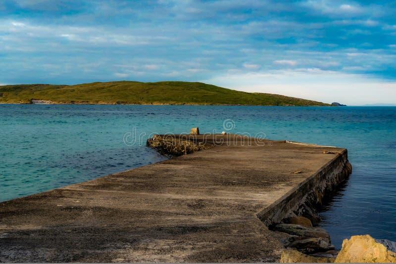 Embarcadero en el mar hermoso en la isla de Barra foto de archivo