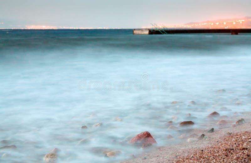 Embarcadero en el Mar Rojo en la última tarde cerca de la ciudad de Aqaba fotografía de archivo
