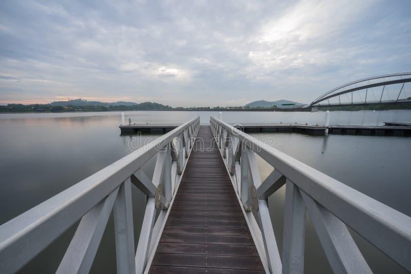 Embarcadero en el puente peatonal, Putrajaya fotografía de archivo