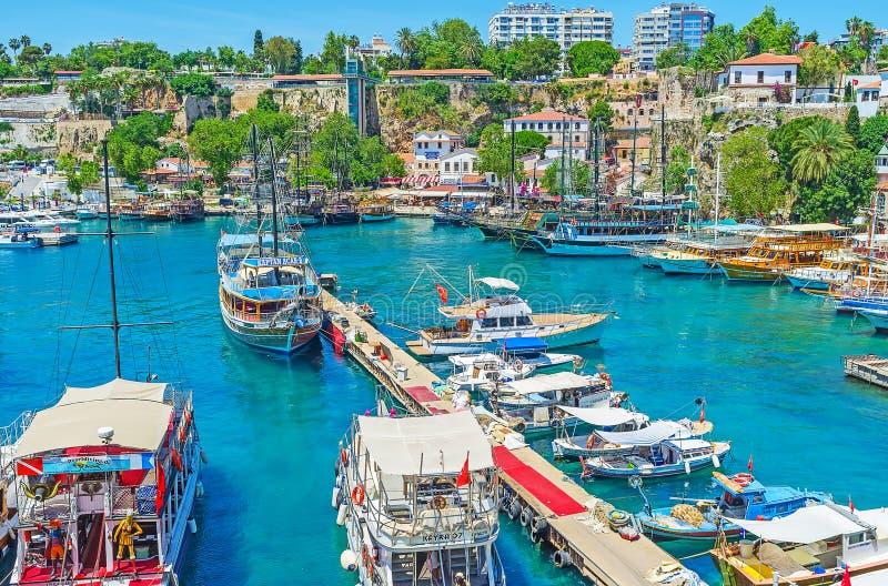 Download Embarcadero En El Puerto Deportivo De Antalya Foto editorial - Imagen de casa, medio: 100531096