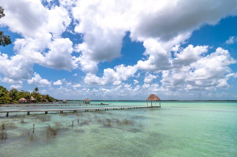 Embarcadero en la laguna del Caribe de Bacalar, Quintana Roo, México imágenes de archivo libres de regalías